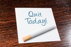 Abandonado el fumar hoy de recordatorio con el cigarrillo en estante de madera Fotos de archivo libres de regalías