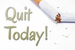 Abandonado el fumar hoy de recordatorio con el cigarrillo quebrado en Whitebox Fotografía de archivo libre de regalías