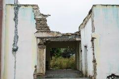 Abandonado em casa e danificado pela passagem dos anos, construção velha da casa de uma família imagem de stock royalty free