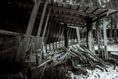 Abandonado luge las serpientes de la pista él manera del ` s a través del bosque Fotografía de archivo