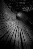 Abandonado luge las serpientes de la pista él manera del ` s a través del bosque Imagen de archivo