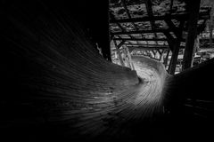 Abandonado luge las serpientes de la pista él manera del ` s a través del bosque Imagen de archivo libre de regalías