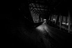 Abandonado luge las serpientes de la pista él manera del ` s a través del bosque Imagenes de archivo