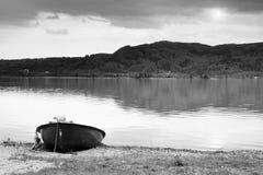 Abandonado pescando el barco de paleta en el banco Lago alps de la mañana Imagen de archivo libre de regalías
