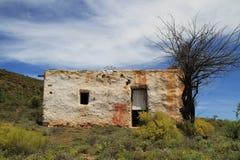 Abandonado poca casa blanca en la colina Imagen de archivo