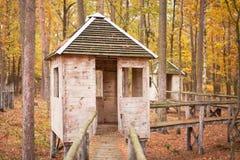 Abandonado poca casa en el bosque Imagen de archivo