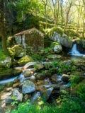 Abandonado poca casa o molino en el bosque en valle haga el Duero, P Imagen de archivo libre de regalías