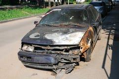 Abandonado quemado abajo del coche Fotografía de archivo libre de regalías