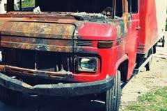 Abandonado quemado abajo del coche Foto de archivo libre de regalías