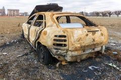 Abandonado quemado abajo del coche después de una explosión Fotografía de archivo