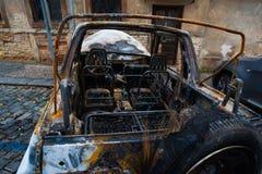 Abandonado quemado abajo del coche después de una explosión, aliste para ser scrappe Imágenes de archivo libres de regalías