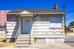 Abandonado subido encima de un hogar llano Fotografía de archivo