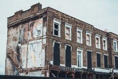 Abandonado subido encima del edificio de ladrillo de cintura baja Foto de archivo