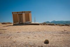 Abandonado y dañado vistiendo la cabaña en la playa Imágenes de archivo libres de regalías