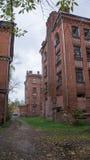 Abandonado y decayendo a casa en el patio Proletarka de Tver Imagen de archivo