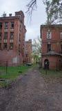 Abandonado y decayendo a casa en el patio Proletarka de Tver Foto de archivo libre de regalías