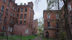 Abandonado y decayendo a casa en Tver Fotos de archivo