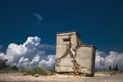 Abandonado y destruido una pequeña casa Foto de archivo