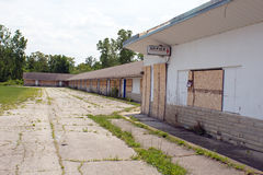 Abandonado y subido encima de motel Fotos de archivo