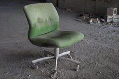 Abandonar-cuarto-silla fotos de archivo libres de regalías