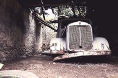 Abandond gammal lastbil i en lantgård Arkivbild