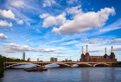 Abandonded Battersea kraftverk och Grosvenor bro över Arkivfoto