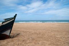 abandonded fartyg på stranden av achakkar, Marocko Arkivbild