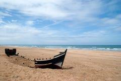 abandonded fartyg på stranden av achakkar, Marocko Royaltyfri Bild