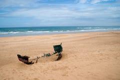 abandonded fartyg på stranden av achakkar, Marocko Royaltyfria Foton