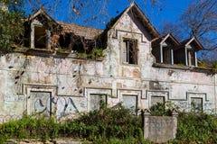 Abandonded gammalt hus med växter Arkivfoton