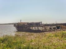 Abandonded kommersiellt skepp på kusten Arkivbilder