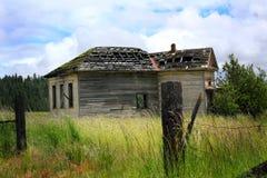 Abandonded skolahus Arkivbild
