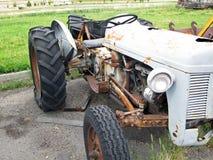 Abandonded-Weinlese Rusty Tractor Needing Repairs Stockfotografie