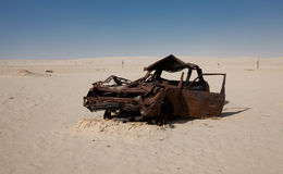 Abandondend bil i Sahara Desert Arkivfoto
