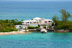 Abandone a casa en una isla en un día soleado claro Imágenes de archivo libres de regalías