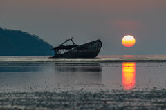 Abandone el barco de la ruina y el cielo de levantamiento del sol en phuket meridional de tailandés Fotografía de archivo