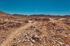 Abandone el camino con la duna y las montañas en fondo Fotos de archivo libres de regalías