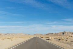 Abandone el camino que desaparece en el horizonte Fotos de archivo libres de regalías