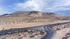 Abandone el empalme de la carretera, marcas de camino, montañas volcánicas Imagen de archivo libre de regalías