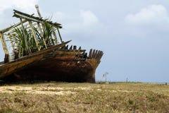 Abandone el naufragio cerca de la orilla de mar bajo fondo a del cielo azul Imagen de archivo libre de regalías