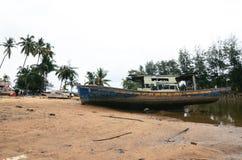 Abandone el naufragio cerca de la orilla de mar bajo fondo a del cielo azul Imagen de archivo