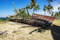 Abandone el naufragio cerca de la orilla de mar debajo del cielo azul Imágenes de archivo libres de regalías