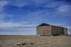 Abandone el paisaje, casa sola en la arena Imágenes de archivo libres de regalías