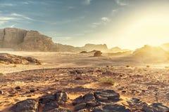 Abandone el paisaje de Wadi Rum en Jordania, con una puesta del sol, las piedras, b Fotos de archivo libres de regalías