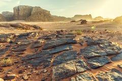 Abandone el paisaje de Wadi Rum en Jordania, con una puesta del sol, las piedras, b Imagen de archivo