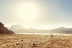 Abandone el paisaje de Wadi Rum en Jordania, con una puesta del sol, las piedras, b Imagenes de archivo