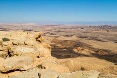 Abandone el paisaje, Makhtesh Ramón en el desierto del Néguev, Israel Foto de archivo libre de regalías