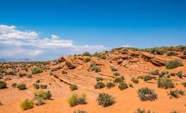 Abandone el paisaje rocoso del sudoeste de los E.E.U.U. Piedras y cielo azul resistidos rojo Imágenes de archivo libres de regalías