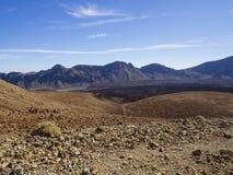 Abandone el paisaje volcánico con la arena anaranjada de las montañas púrpuras y Foto de archivo libre de regalías