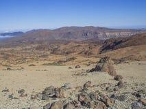 Abandone el paisaje volcánico en Tenerife con las montañas púrpuras en e Imagen de archivo